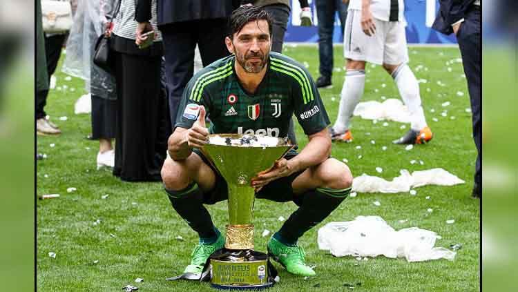 Gianluigi Buffon saat meraih gelar Serie A Italia bersama Juventus di musim 2017-18 Copyright: © NurPhoto/GettyImages