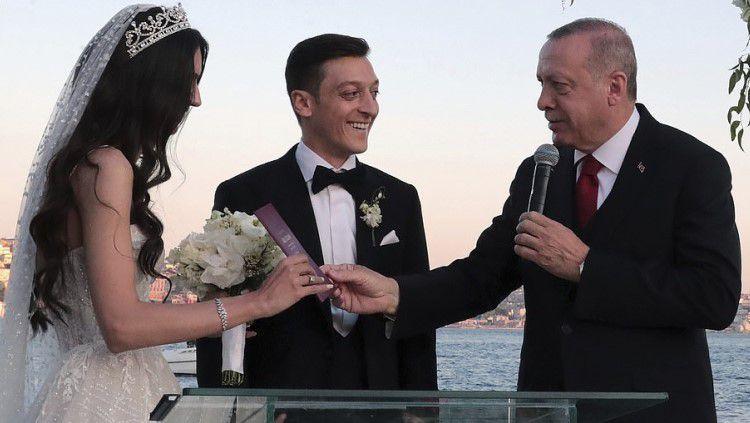 Presiden Turki, Recep Tayyip Erdogan menjadi pendamping pria di hari pernikahan pemain Arsenal, Mesut Ozil Copyright: © Daily Mail
