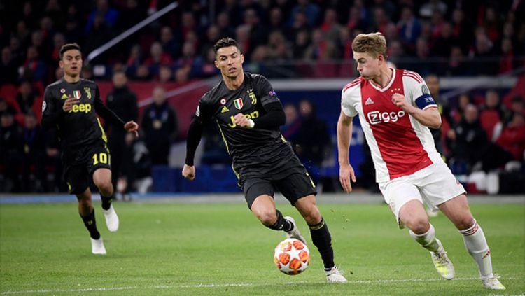 Cristiano Ronaldo ketika mengejar bola yang digiring oleh Matthijs de Ligt yang masih berseragam Ajax Amsterdam. Copyright: © Marco Canoniero / Contributor / Getty Images