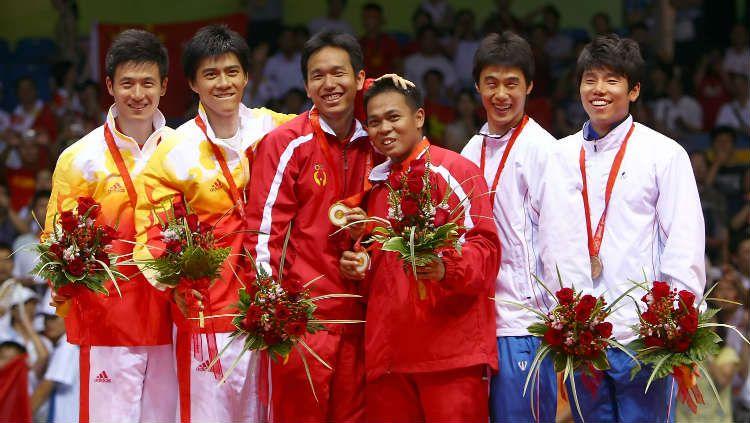 Cai Yun/Fu Haifeng, Hendra Setiawan/Markis Kido, dan Hwang Jiman/Lee Jaejin di podium Olimpiade 2008. Copyright: © Lars Baron/Getty Images