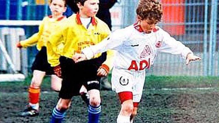 Eden Hazard (kanan) saat masih muda dan berada di akademi Lille Copyright: © The Sun