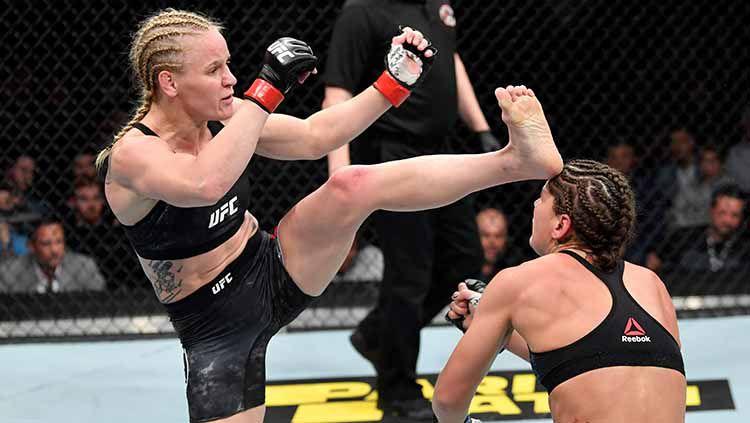 Valentina Shevchenko melakukan tendangan ke arah kepala Jessica Eye di UFC 238. Copyright: © eff Bottari/Zuffa LLC/Zuffa LLC via Getty Images