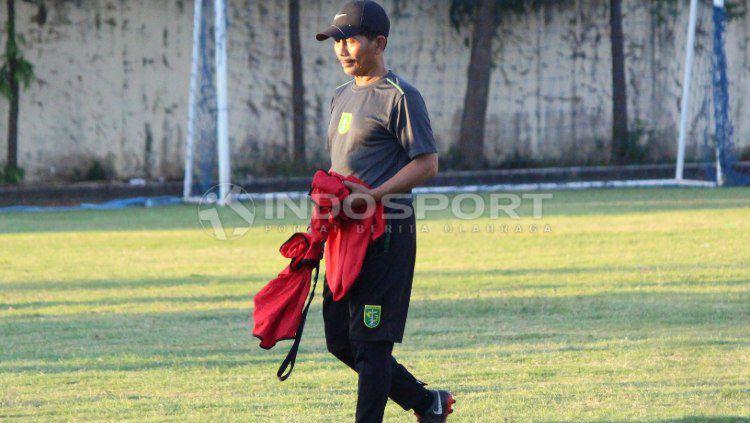 Djadjang Nurdjaman membagikan rompi kepada pemain saat latihan di Lapangan Polda Jatim, Selasa (11/06/19). (Foto: Fitra Herdian/INDOSPORT) Copyright: © Fitra Herdian/INDOSPORT