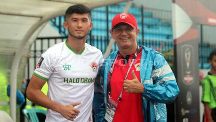 Kevin Gomes de Oliveira (kiri) bisa dibajak klub Liga 1 akibat krisis yang dialami Kalteng Putra Copyright: © Ronald Seger Prabowo/INDOSPORT