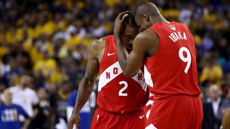 Forward dan Center-Forward Raptors, Kahwi Leonard (kiri)-Serge Ibaka berselebrasi usai timnya menjadi juara NBA 2019. Copyright: © Ezra Shaw/Getty Images