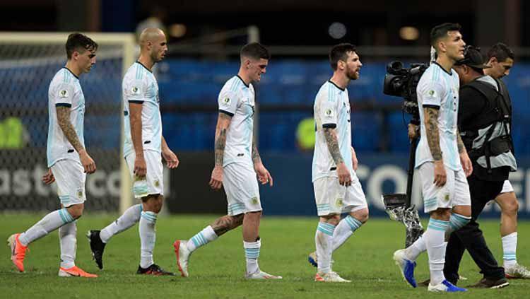 Pemain Argentina meninggalkan lapangan setelah dikalahkan 2-0 oleh Kolombia saat turnamen Copa America 2019, Minggu (16/06/2019). Foto: JUAN MABROMATA/AFP/Getty Images Copyright: © JUAN MABROMATA/AFP/Getty Images