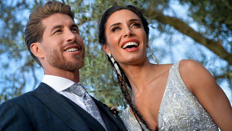 Sergio Ramos bersama istrinya, Pilar Rubio, berpose di acara pernikahan mereka. Copyright: © Aitor Alcalde/Getty Images