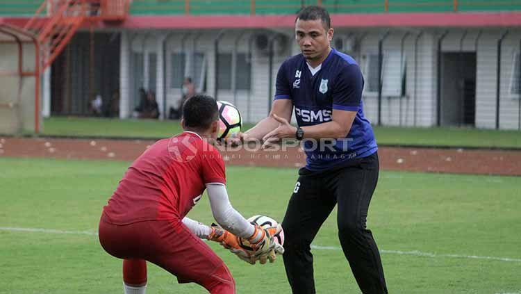 Pelatih kiper PSMS Medan, Sahari Gultom, bertugas di timnas Indonesia U-19. Foto: Ronald Seger Prabowo/INDOSPORT Copyright: © Ronald Seger Prabowo/INDOSPORT