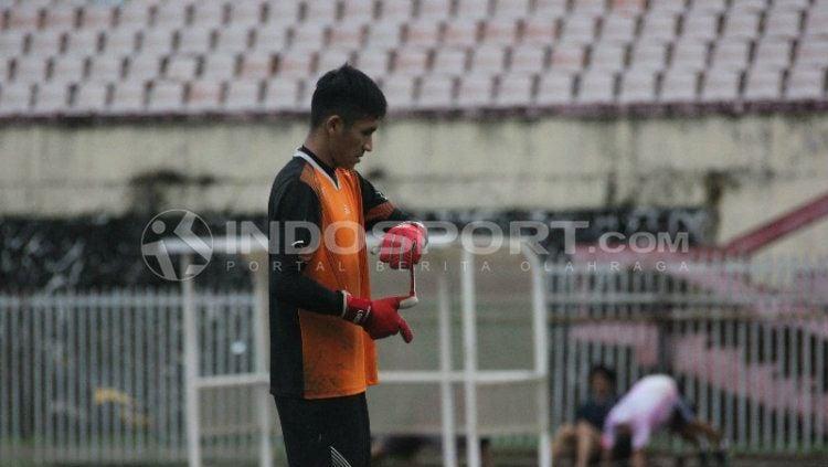 Kiper Persipura asal klub Persidago, Mario Fabio Londok. Copyright: © Sudjarwo/INDOSPORT