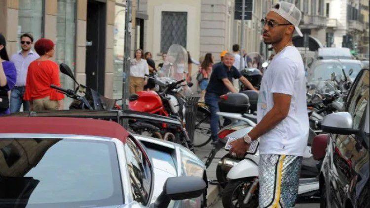 Pemain Arsenal,Pierre-Emerick Aubameyang sedang berbelanja di Milan Copyright: © The Sun