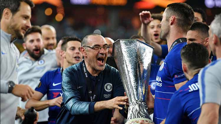 Maurizio Sarri saat mempersembahkan gelar Liga Europa untuk Chelsea Copyright: © Harrold Cunningham/GettyImages