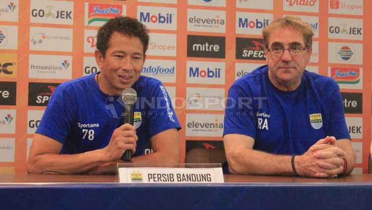 Penjaga gawang Persib Bandung, I Made Wirawan (kiri) ditemani Robert Rene Alberts saat konferensi pers menjelang laga kontra PS Tira Persikabo di Graha Persib, Jalan Sulanjana, Kota Bandung, Senin (17/06/2019). Copyright: © Arif Rahman/INDOSPORT