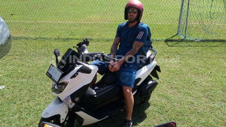 Paulo Sergio saat menunggangi motor matic 150 cc di Lapangan Trisakti, Legian, Kuta, Badung. Foto: INDOSPORT/Nofik Lukman Hakim Copyright: © INDOSPORT/Nofik Lukman Hakim
