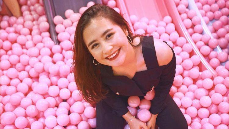 Prilly Latuconsina, aktris terkenal asal Indonesia saat membagi kebahagiaannya bermain di kolam bola Copyright: © instagram.com/prillylatuconsina96
