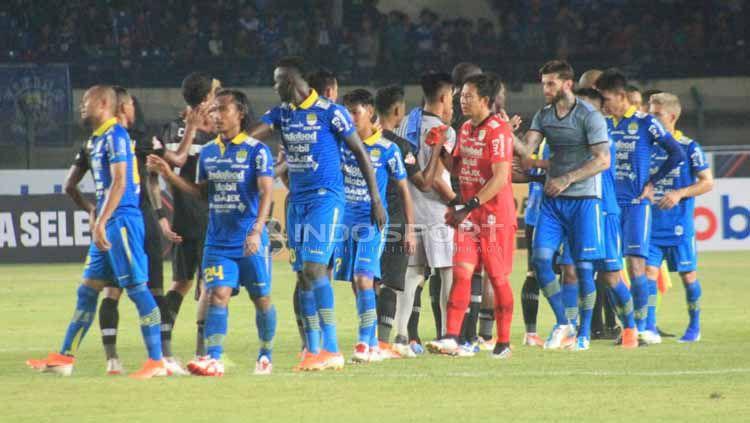 Usai pertandingan antara Persib Bandung vs PS Tira-Persikabo para pemain bersalaman, Selasa (18/06/2019). Foto: Arif Rahman/INDOSPORT Copyright: © Arif Rahman/INDOSPORT