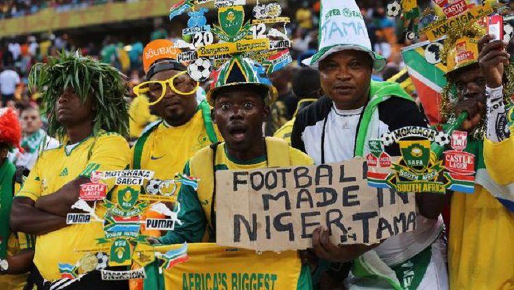 Suporter menyaksikan pertandingan di Piala Afrika. Copyright: © Ian Walton/Getty Images