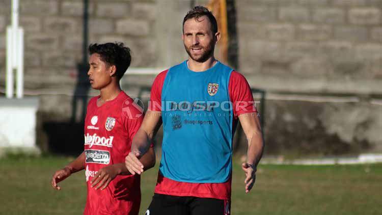 Penyerang Bali United, Ilija Spasojevic, sempat pamer gol back heading saat latihan bersama rekan setim. Copyright: © Nofik Lukman Hakim