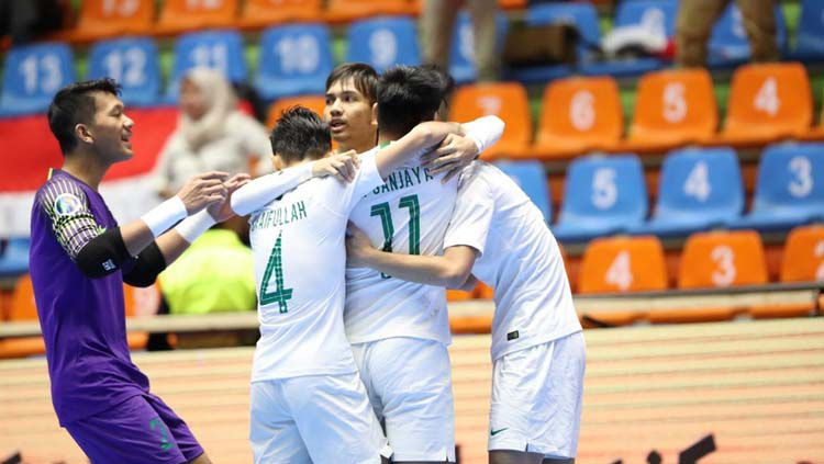 Timnas Futsal Indonesia U-20 merayakan gol di Piala AFC Futsal U-20 2019, Kamis (20/06/19). Copyright: © Twitter/@kbri_tehran