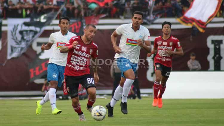 Indosport - Pertandingan antara Bali United vs PSIS Semarang pada Liga 1, Sabtu (22-06-19). Foto: Nofik Lukman Hakim/INDOSPORT