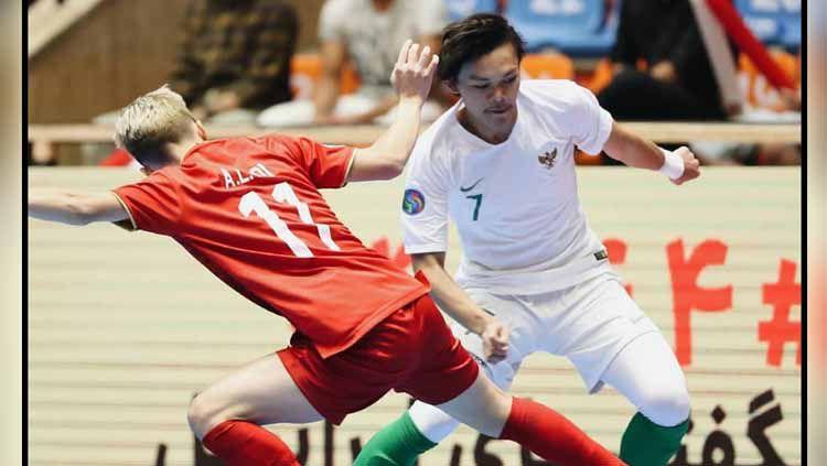 Perebutan bola pada laga Timnas Futsal Iran U-20 vs Timnas Futsal Indonesia U-20 di Piala AFC Futsal U-20 2019, Sabtu (22/06/19). Foto: Instagram@garudarevolution Copyright: © Instagram@garudarevolution