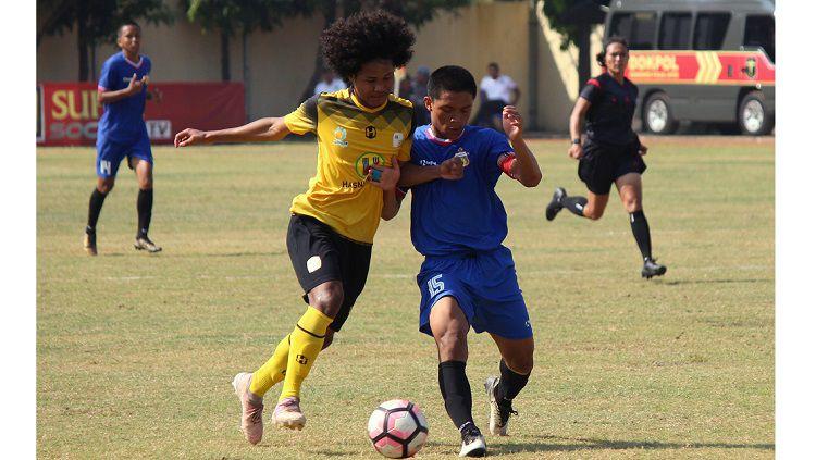 Amiruddin Bagus Kahfi diadang pemain Bhayangkara FC U-18 saat bertanding pada lanjutan Elite Pro Academy di Lapangan Polda Jatim, Minggu (23/6/19). Copyright: © FITRA HERDIAN/INDOSPORT
