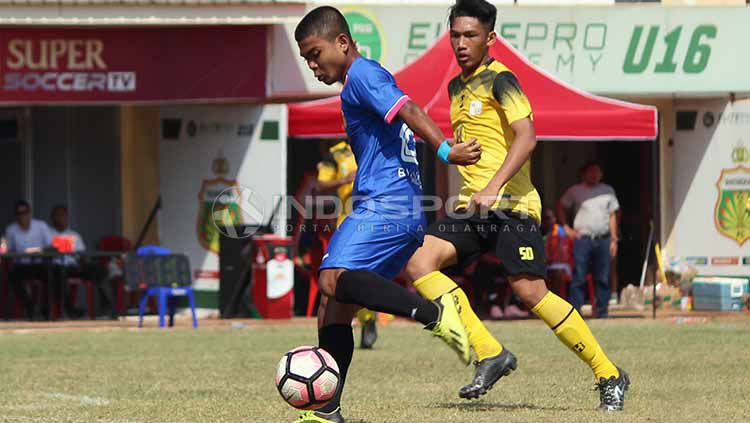 Pemain Bhayangkara FC U-18 berusaha melepaskan tembakan ke gawang Barito Putera U-18, pada lanjutan elite pro academy di Lapangan Polda, Jatim, Minggu (23/06/19). Foto: Fitra Herdian/INDOSPORT Copyright: © Fitra Herdian/INDOSPORT