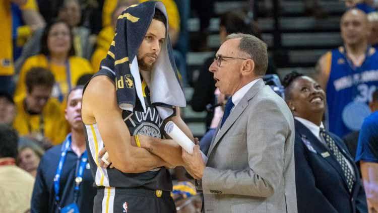 Ron Adams bersama bintang Warriors, Stephen Curry. Foto: sports.yahoo Copyright: © sports.yahoo
