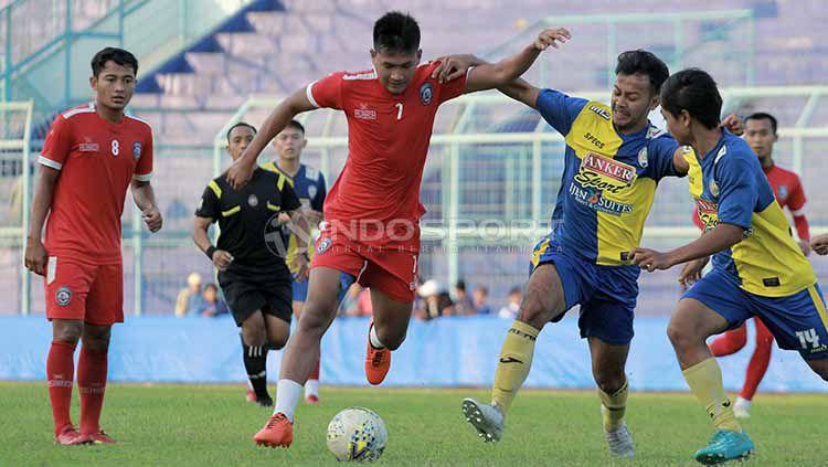 Ahmad Nur Hardianto (tengah) saat uji coba melawan Arema FC U-20. Copyright: © Ian Setiawan/INDOSPORT