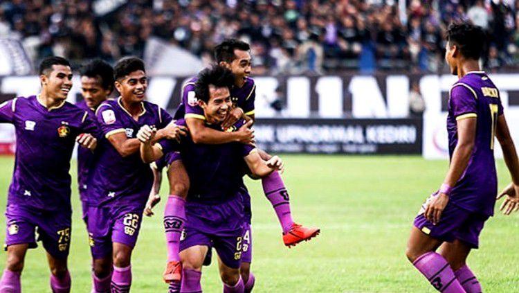Risna Prahalabenta merayakan gol saat mencetak untuk Persik Kediri di Liga 2 2019. (Foto: instagram.com/persikfcofficial) Copyright: © instagram.com/persikfcofficial