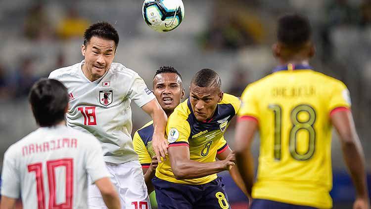 Duel udara para pemain timnas Ekuador vs Jepang. Copyright: © Juliana Flister/Getty Images