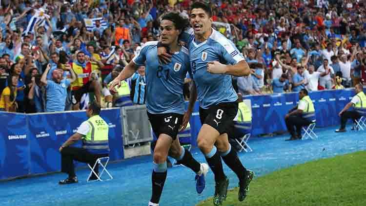 Striker Timnas Uruguay Edinson Cavani melakukan selebrasi bersama Luis Suarez. Copyright: © Alexandre Schneider/Getty Images