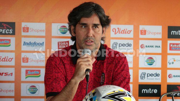 Pelatih Bali United, Stefano Cugurra Teco, dalam konferensi pers menjelang lawan Kalteng Putra. Copyright: © Novik Lukman/INDOSPORT