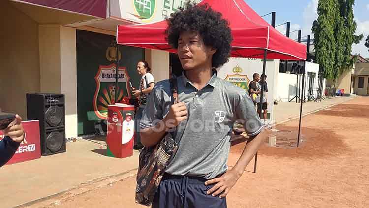 Penampilan fashionable Bagus Kahfi setelah pertandingan melawan Bhayangkara U-18 di Lapangan Polda Jatim, Minggu (23/6/19). Copyright: © Fitra Herdian/INDOSPORT