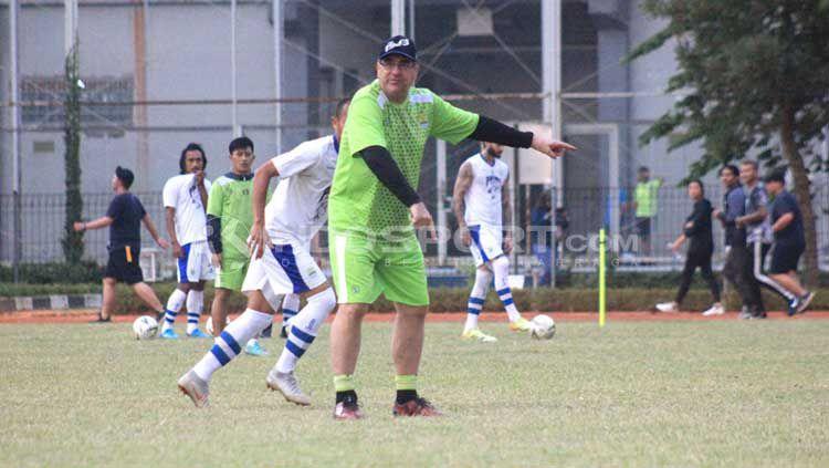 Pelatih Persib Bandung, Robert Rene Alberts menyebut Kalteng Putra sebagai tim yang tidak bisa diremehkan meski baru kalah 0-3 dari Persela Lamongan. Copyright: © Arif Rahman/INDOSPORT