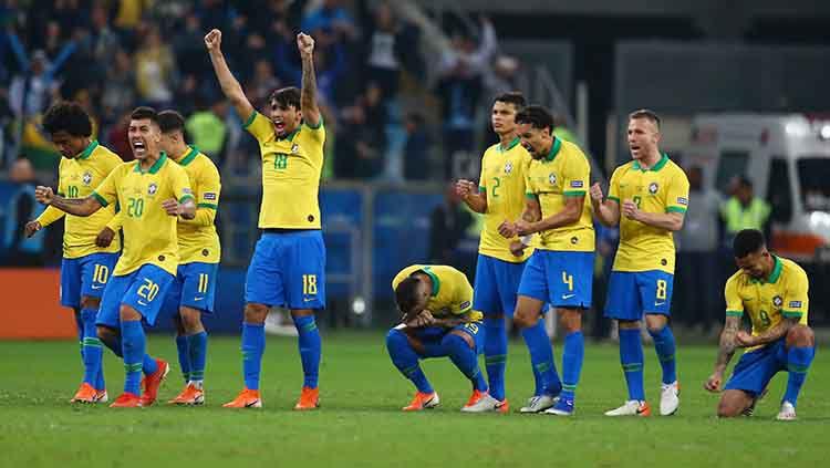 Aksi selebrasi timnas Brasil lolos ke semifinal Copa America usai taklukan Paraguay lewat adu penalti. Copyright: © Lucas Uebel/Getty Images