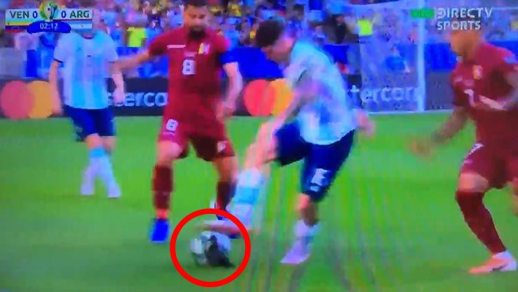 Terdapat burung pigeon (dara) pada laga Venezuela vs Argentina di Copa America 2019, Sabtu (29/06/19). Copyright: © Twitter/@RockyKlopp