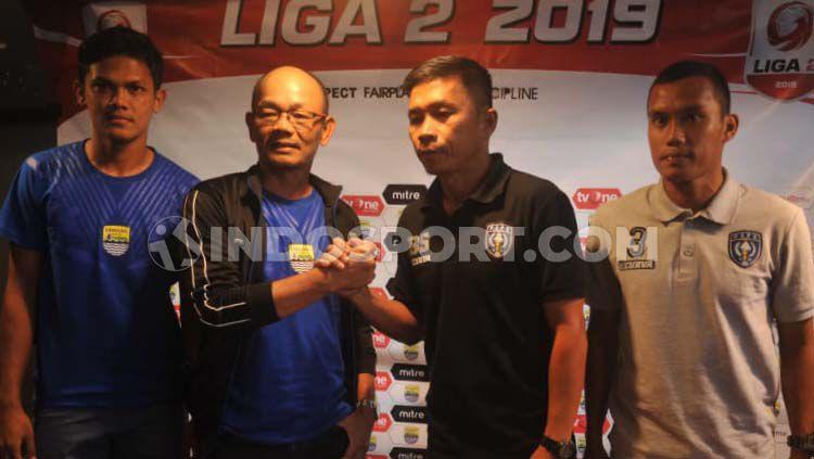 Pelatih Blitar Bandung United, Liestiadi  bersalaman dengan pelatih PSPS, Bona Simanjuntak saat konferensi pers di Graha Persib, Jalan Sulanjana, Kota Bandung Copyright: © Arif Rahman/INDOSPORT