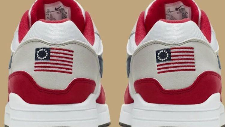 Sepatu Nike yang menjadi kontroversi karena memuat gambar bendera Amerika Serikat yang lama. Copyright: © Nike