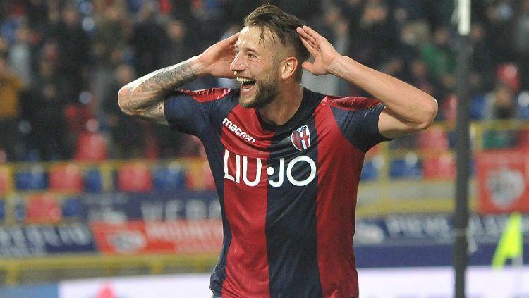 AC Milan dikabarkan mengincar pemain Bologna, Mitchell Dijks. Copyright: © Mario Carlini / Iguana Press/Getty Images
