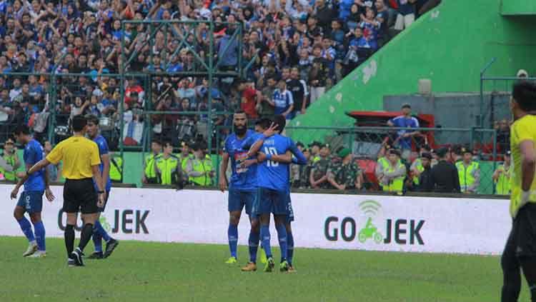 Selebrasi gol Dedik Setiawan atas assist Comvalius di laga Arema FC vs Persipura Jayapura Copyright: © IAN SETIAWAN/INDOSPORT