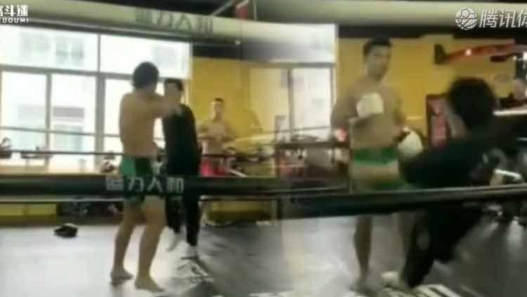 Sebuah aksi tidak sportif terjadi dalam pertarungan MMA amatir yang berlangsung di Shenzhen, China yang dilakukan oleh seorang ahli bela diri kung fu. Copyright: © nextshark.com