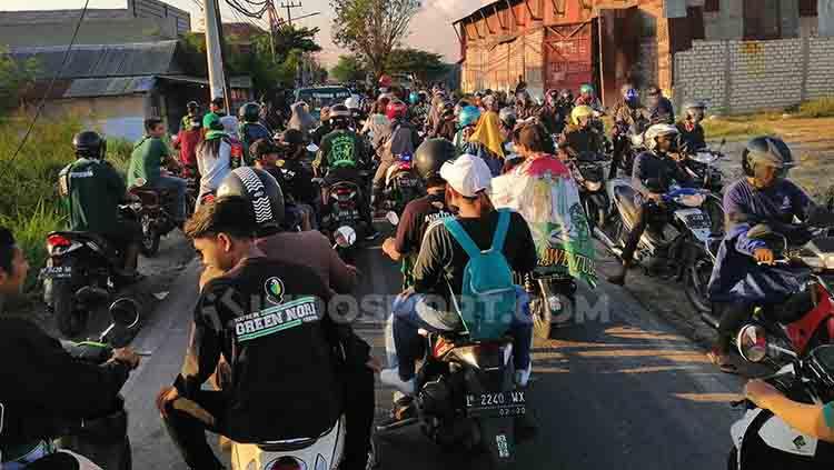 Kemacetan Bonek menuju Stadion GBT untuk menyaksikan laga Persebaya Surabaya vs Persib Bandung, Jumat (05/07/19). Copyright: © Fitra Herdian/INDOSPORT