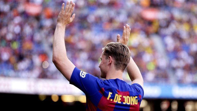 Frenkie de Jong saat diperkenalkan ke publik oleh Barcelona. Copyright: © FC Barcelona