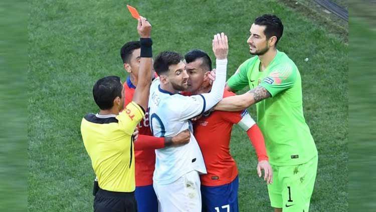 Lionel Messi dikartu merah oleh wasit. Copyright: © Twitter