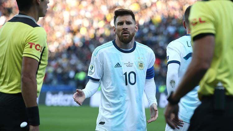 Lionel Messi dikartu merah oleh wasit, yang berujung pada komentar pedasnya pasca laga kepada panitia Copa America 2019. Copyright: © Twitter
