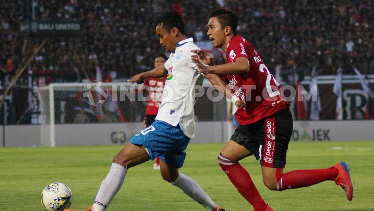 Bek Bali United, Ricky Fajrin saat mengawal pergerakan winger PSIS Semarang, Komarudin dalam pertandingan di Stadion Kapten I Wayan Dipta. Copyright: © Nofik Lukman/INDOSPORT