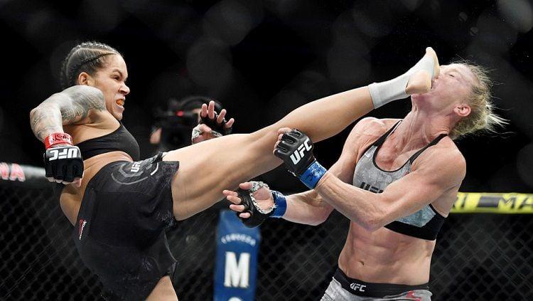 Petarung Mixed Martial Arts (MMA) wanita, Amanda Nunes berhasil membuat lawannya, Holly Holm Knock Out (KO) dengan satu tendangan head kick. Copyright: © Reuters / Stephen R. Sylvanie