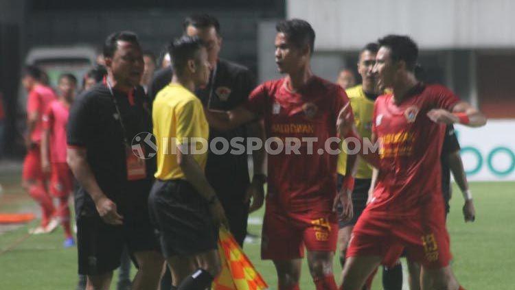 Protes pemain Kalteng Putra atas gol kedua PSS Sleman, Liga 1 pekan ketujuh, (Minggu 07/07/2019) (Ronald Seger Prabowo). Copyright: © Ronald Seger Prabowo/INDOSPORT