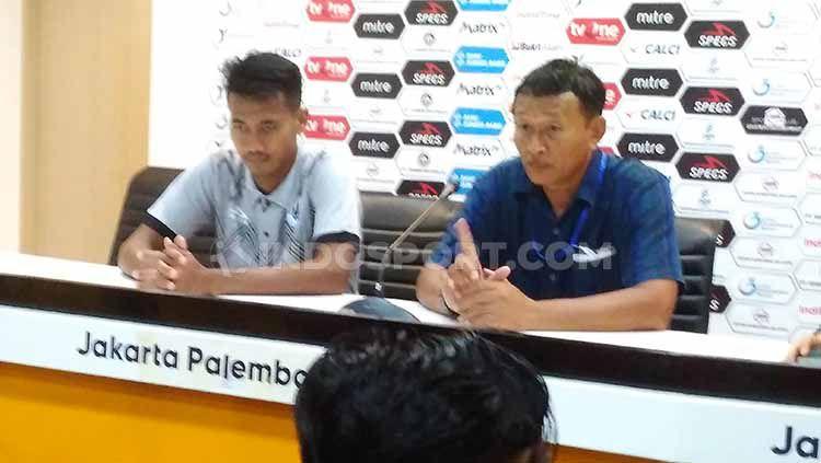 Pelatih PSCS Cilacap, Djoko Susilo (kanan), dalam jumpa pers usai laga Liga 2 2019. Copyright: © Muhammad Effendi/INDOSPORT