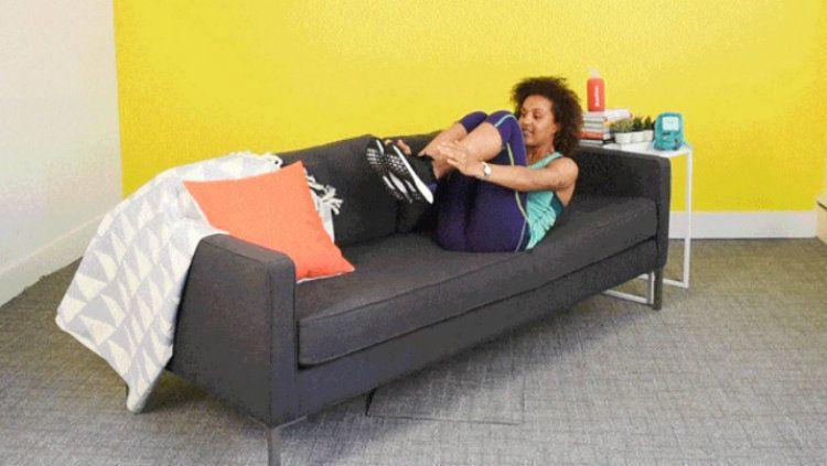 Ilustrasi workout dengan menggunakan sofa. Copyright: © Lauren Zaser / BuzzFeed